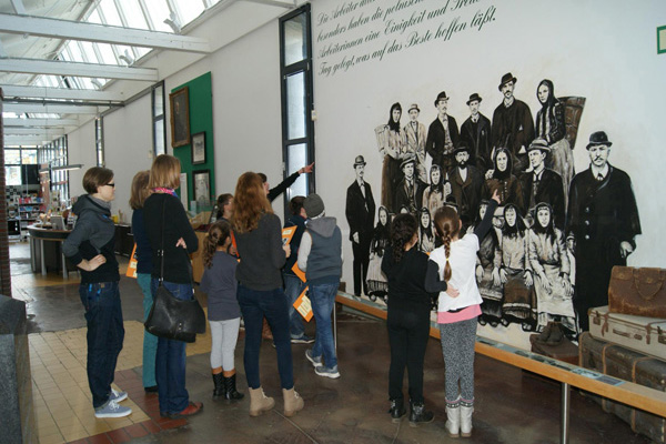 Picture: Guided tour at the Nordwolle Museum Delmenhorst, Image Credit: Nordwolle Delmenhorst, Photographer: Maike Tönjes